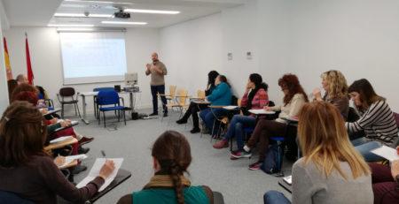 Psicólogo imparte curso sobre trastorno con sustancia en menores